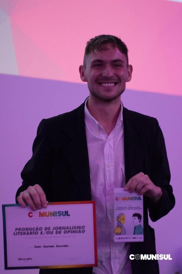 Gean Zanelato recebendo prêmio no Comunisul.